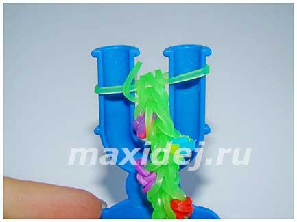 плетение новогоднего браслета из резинок на рогатке